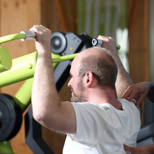 Kraft Aktiv Kunde mit Trainer